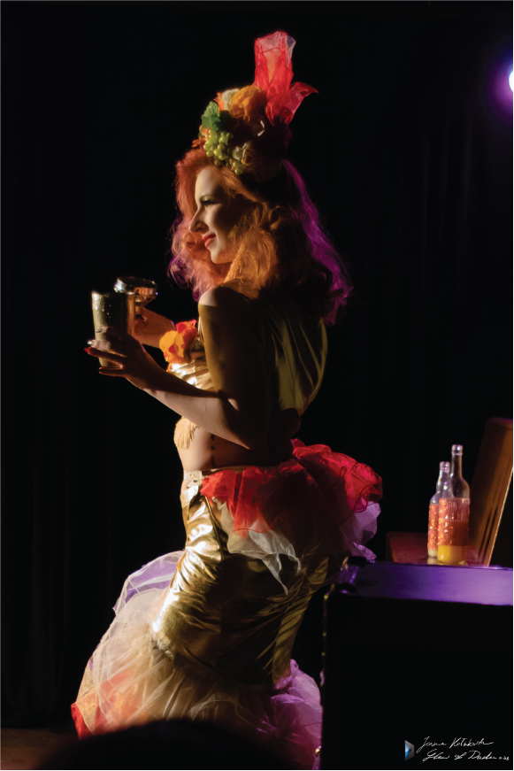 Madame de Minou burlesque zdjęcie z pokazu burleski Barmanka Worek Kości Warszawa