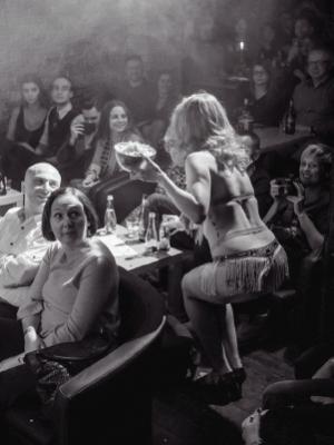 Madame de Minou pokaz Burleski Hot Salsa podczas Warsaw Burlesque Night VooDoo